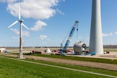 Ackerland mit Bauarbeit am größten windfarm der Niederlande Stockfotos