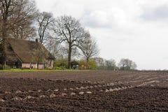 Ackerland mit Bauernhaus in den Niederlanden Stockfotos
