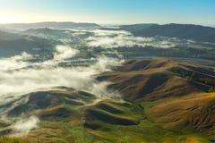 Ackerland mit dem Nebel des frühen Morgens angesehen von Te Mata Peak im Falken Lizenzfreie Stockbilder