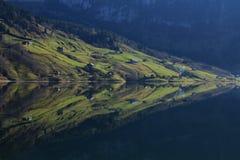 Ackerland mit den Häusern, die im See Wagital sich reflektieren Lizenzfreie Stockbilder