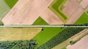 Ackerland mit Draufsicht des Straßenluftbrummens Lizenzfreies Stockfoto