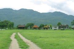 Ackerland mit Gebirgshintergrund Stockfoto