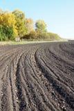 Ackerland mit gepflogenem Feld im Herbst Stockfoto