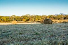 Ackerland mit Heuschobern im Herbst Stockbild