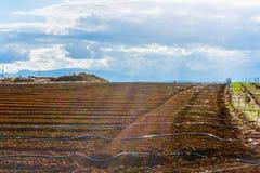 Ackerland mit Linien Wasser Lizenzfreies Stockbild