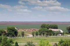 Ackerland mit Pferdehürde Lizenzfreies Stockfoto