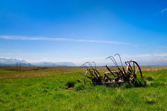 Ackerland mit rostigen landwirtschaftlichen Maschinen Stockbilder