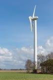 Ackerland mit schädigender Windkraftanlage nach einem schweren Sturm in den Niederlanden Lizenzfreies Stockbild