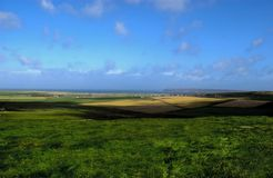 Ackerland nahe Meer Stockfotos