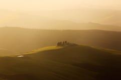 Ackerland nahe Volterra, Rolling Hills auf Sonnenuntergang Landwirtschaftliche Landschaft Stockbilder