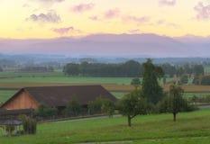 Ackerland am Sonnenaufgang, die Schweiz Stockbilder