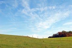 Ackerland und blauer Himmel Lizenzfreies Stockfoto