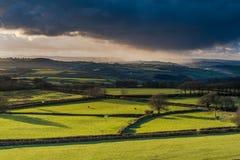Ackerland und coutryside mit dem stürmischen Wolkenrollen Stockfotografie