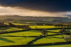 Ackerland und coutryside mit dem stürmischen Wolkenrollen Stockfoto