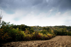 Ackerland und drastischer Himmel Stockfotos
