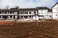 Ackerland und Häuser Stockfotografie