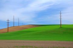 Ackerland und helle Pole Lizenzfreies Stockfoto