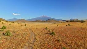 Ackerland und Weiden mit Shasta-Berg im Hintergrund stock footage