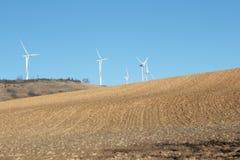 Ackerland und Windmühle in Aude Lizenzfreie Stockbilder