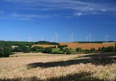 Ackerland und Windturbinen Stockbild