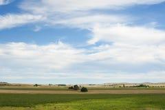 Ackerland unter blauem Himmel und weißer Wolke Lizenzfreie Stockfotografie