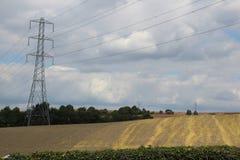 Ackerland von geernteten Ernten und von Mast Stockbild