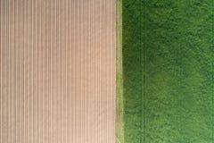 Ackerland von oben Grünes und braunes landwirtschaftliches Feldbrummen V Lizenzfreies Stockbild