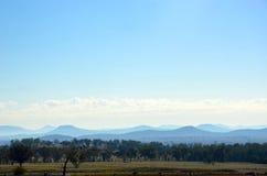 Ackerland, Wald und Berglandschaft Stockfoto