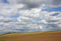 Ackerlandfeld mit bewölktem Himmel Stockfoto
