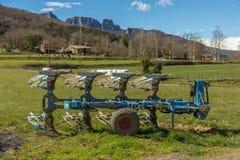 Ackerlandlandschaft in Katalonien von Spanien mit einer Pflugmaschine Stockfotografie