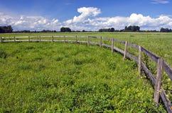 Ackerlandlandschaft mit Bretterzaun Stockfotos