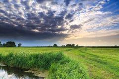 Ackerlandlandschaft mit dunklen Wolken Stockfotos