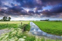 Ackerlandlandschaft mit dunklen Wolken Stockbilder
