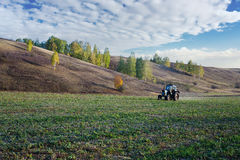 Ackerschlepper auf dem Feld in Europa Stockbild