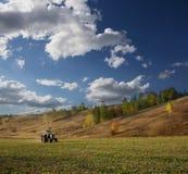 Ackerschlepper auf dem Feld in Europa Stockbilder