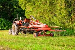 Ackerschlepper ausgerüstet für das Samen-Verbreiten Stockfotos