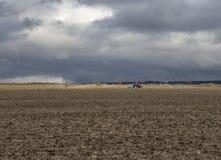Ackerschlepper, der ein Feld pflügt Stockbild
