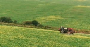 Ackerschlepper-Spray Autumn Crop Field Südliche Alpen, Westküste, Südinsel, Neuseeland stockfotos