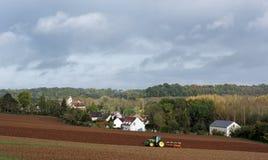 Ackerschlepper und bebautes Land Lizenzfreie Stockfotografie