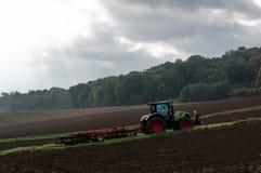 Ackerschlepper und bebautes Land Stockbild