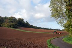 Ackerschlepper und bebautes Land Stockbilder
