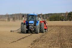 Ackerschlepper und Drillmaschine auf Feld Lizenzfreie Stockfotos