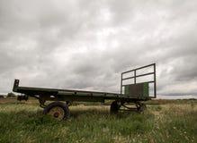 Ackerwagen auf dem Gebiet ein bewölkten Tag Lizenzfreie Stockfotos