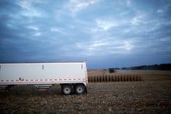 Ackerwagen, der auf einem Gebiet während des Erntens wartet Stockbild
