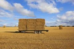 Ackerwagen mit Strohballen zur Erntezeit Lizenzfreies Stockfoto