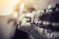 Ackord på en gitarr arkivbild
