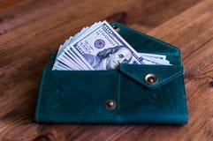 ackumulations Många dollar i den gröna handväskan arkivbilder