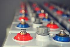 AckumulatorDC-batteri av elektrisk industriell uppladdning för direkt ström av bilar och apparater Royaltyfri Bild