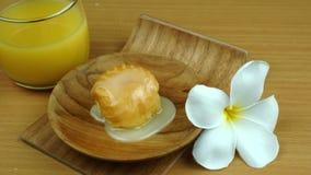 Aclair cobriu com leite condensado doce na placa de madeira com um vidro do suco de fruto da paixão vídeos de arquivo