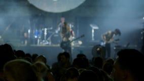 Aclamación de la estrella del rock en el evento del concierto de la música La banda de metales pesados realiza un concierto de ro almacen de metraje de vídeo